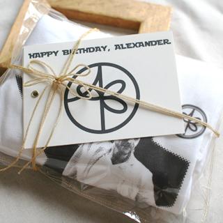 贈り物ラッピング:紋デザインとおそろいの形のリボンでラッピング