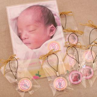 出産祝いグッズ全体:「7」つのストラップ。写真と紋の両面ストラップです