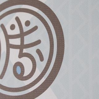 風合いのある用紙にプリント。共通イニシャルKをモチーフにした背景デザイン。