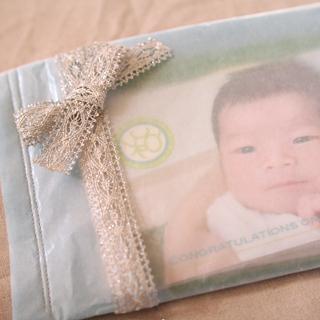 ラッピング:お祝いカードが見えるようグラシン紙で袋を縫いました。
