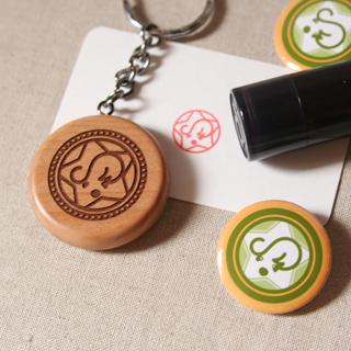 SKIPグッズ:缶バッジ・浸透印・木製キーホルダー。キーホルダーの裏面には名前と連絡先を彫りました。